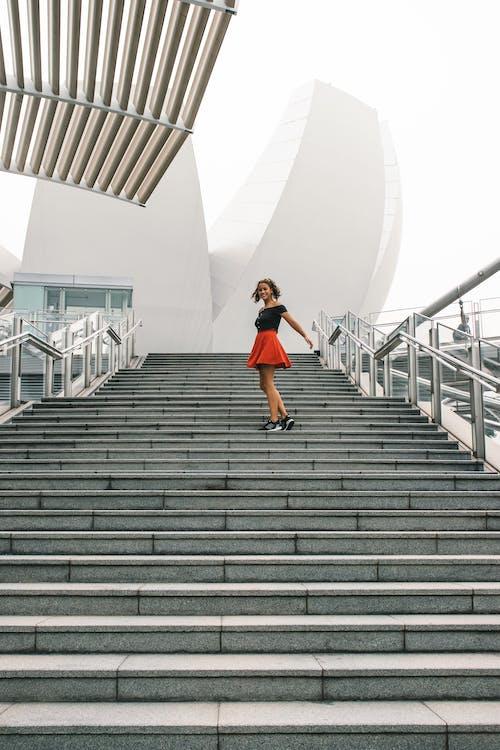 Kostenloses Stock Foto zu architektur, frau, gebäude, geländer