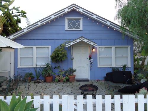 b, küçük ev, mavi içeren Ücretsiz stok fotoğraf