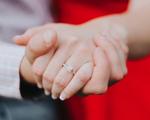Foto profissional grátis de anel de noivado, futura noiva, futuro noivo