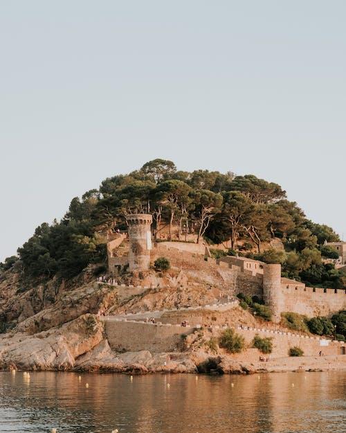 Бесплатное стоковое фото с архитектура, башня, вода, гора