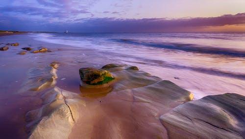 Безкоштовне стокове фото на тему «берег, берег моря, Захід сонця, камені»