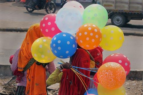 balon, boş sokak, kalabalık cadde, mavi balon içeren Ücretsiz stok fotoğraf