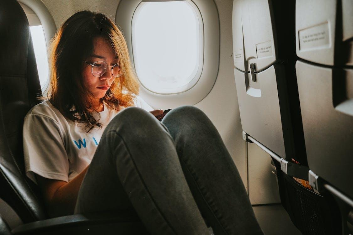 交通機関, 女性, 座っているの無料の写真素材