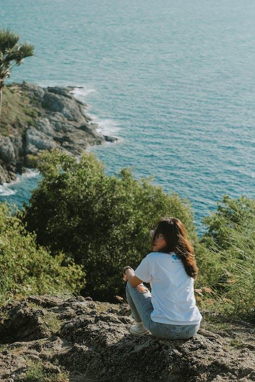 人, 女性, 崖, 座っているの無料の写真素材