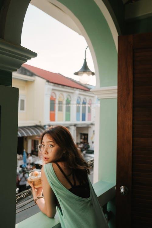 アイウェア, アジアの女性, アジア人の女の子, インドアの無料の写真素材