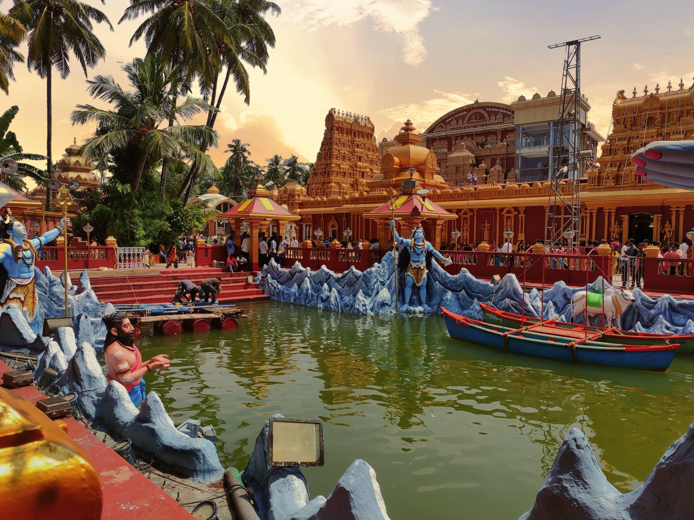 Templo hindú de arquitectura asiática shiva y otros dioses VIGHYAN BHAIRAVA TANTRA