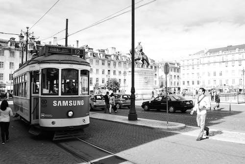 Безкоштовне стокове фото на тему «відтінки сірого, Вулиця, дорога, залізниця»