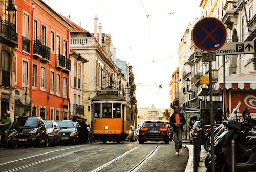 Gratis arkivbilde med biler, by, bygninger, fortau