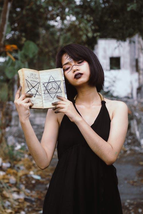 Základová fotografie zdarma na téma čarodějka, čarodějnické řemeslo, černé šaty, chůze