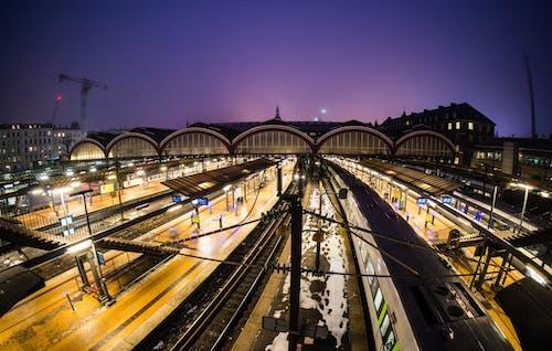 Kostnadsfri bild av arkitektur, järnvägslinjer, järnvägsplattform, kväll