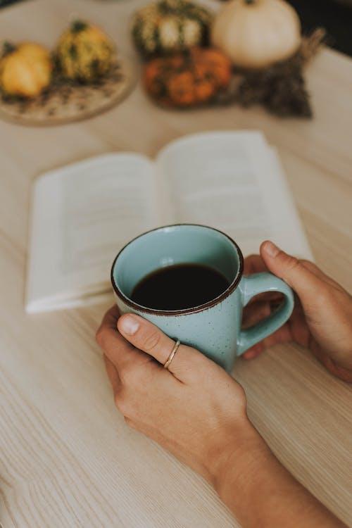 Gratis lagerfoto af bog, bord, holde, kaffe