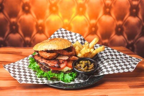 Gratis arkivbilde med boller, bord, brød, burger