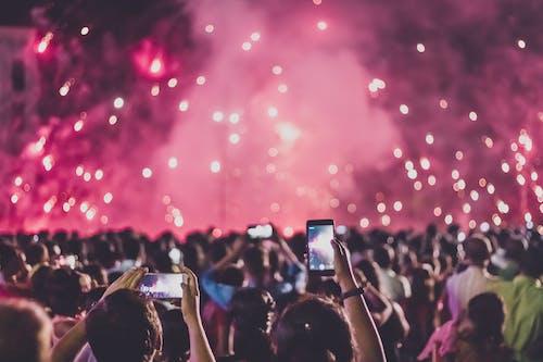 Δωρεάν στοκ φωτογραφιών με smartphone, Άνθρωποι, απόγευμα, απόδοση