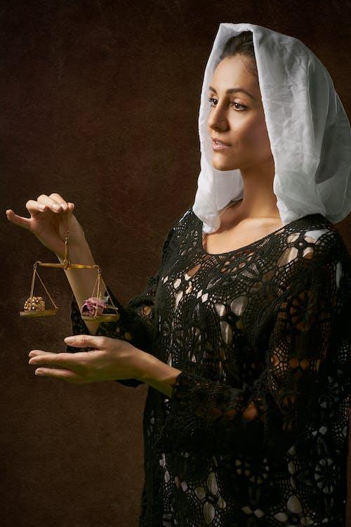 Mujer, En, Vestido Negro, Tenencia, Balanza, Escala