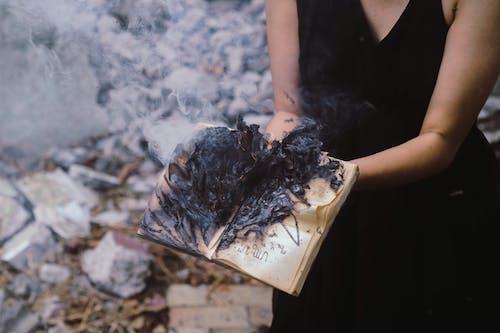 女人, 戶外, 抽煙, 日光 的 免费素材照片