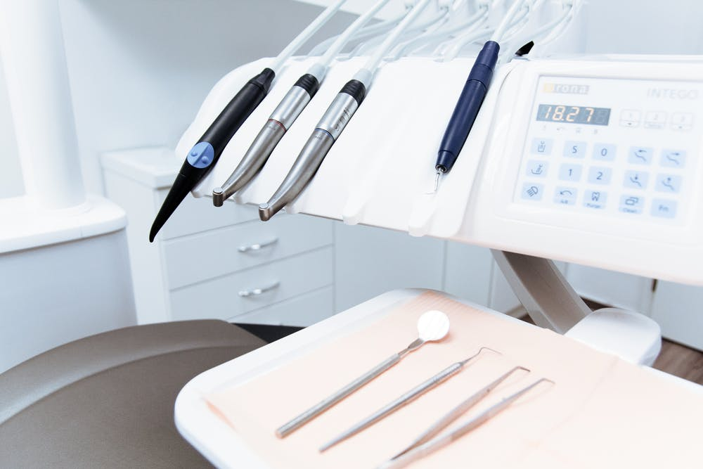 Dental tool set. | Photo: Pexels
