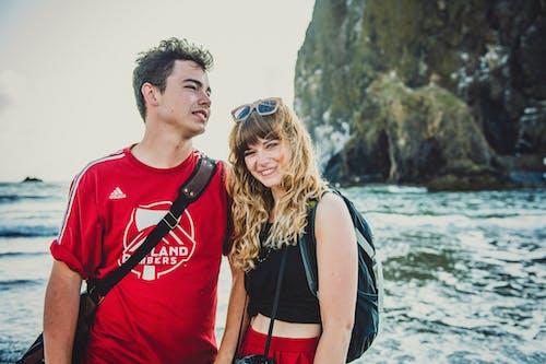 Ilmainen kuvapankkikuva tunnisteilla hiekkaranta, hymy, pari, rakkaus