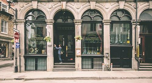 adam, bar, bina, cam pencereler içeren Ücretsiz stok fotoğraf