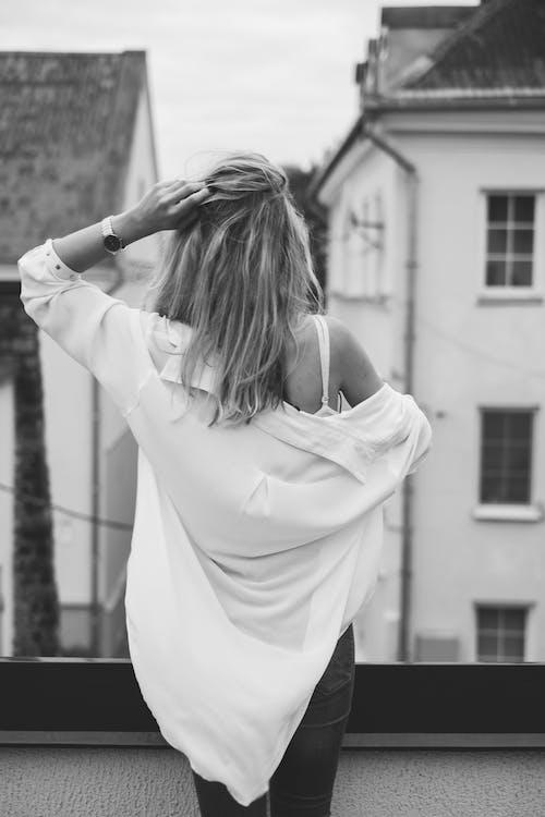 Foto d'estoc gratuïta de adult, balcó, blanc i negre, cases
