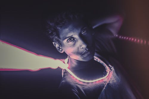 Foto profissional grátis de faixa, fotografia de luz, fundo escuro, fundo roxo