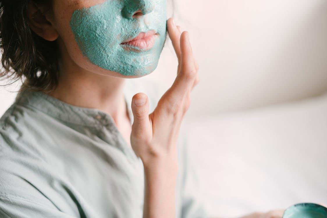Mujer poniendose una mascarilla en el rostro