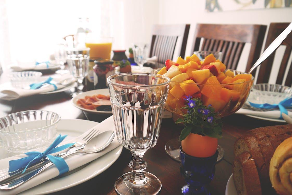 aranjarea mesei, argintărie, băutură