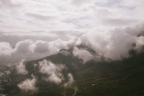 Foto profissional grátis de ao ar livre, cadeia de montanhas, dia, enevoado