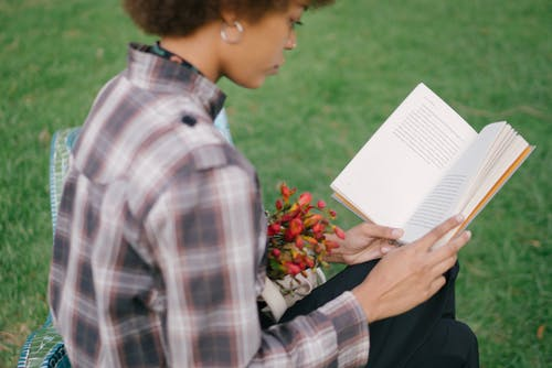 Ilmainen kuvapankkikuva tunnisteilla henkilö, kirja, lukeminen, naine