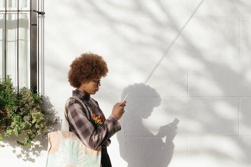 Kostnadsfri bild av afro, ansiktsuttryck, dagsljus, falla