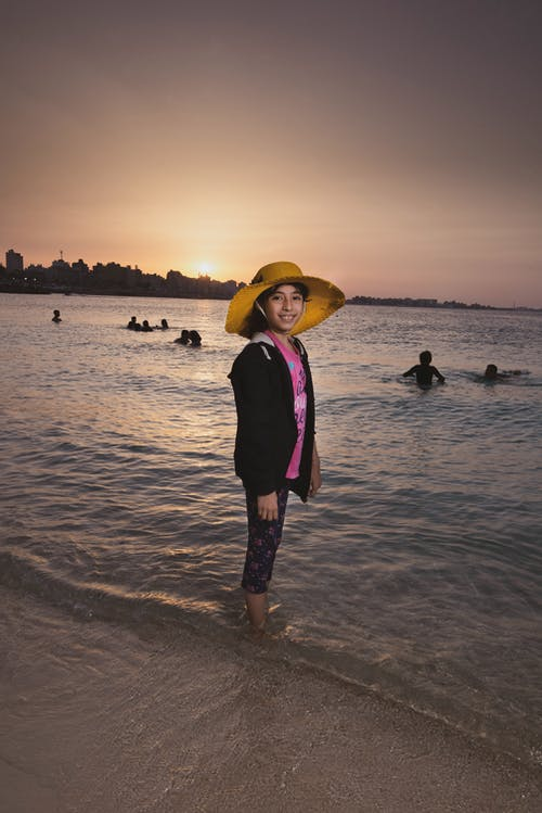 Foto profissional grátis de à beira-mar, acessórios para cabeça, alegre, ao ar livre