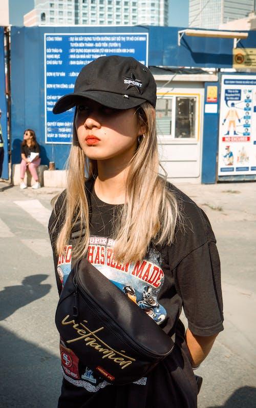 Бесплатное стоковое фото с fanny pack, блондинка, выражение лица, женщина