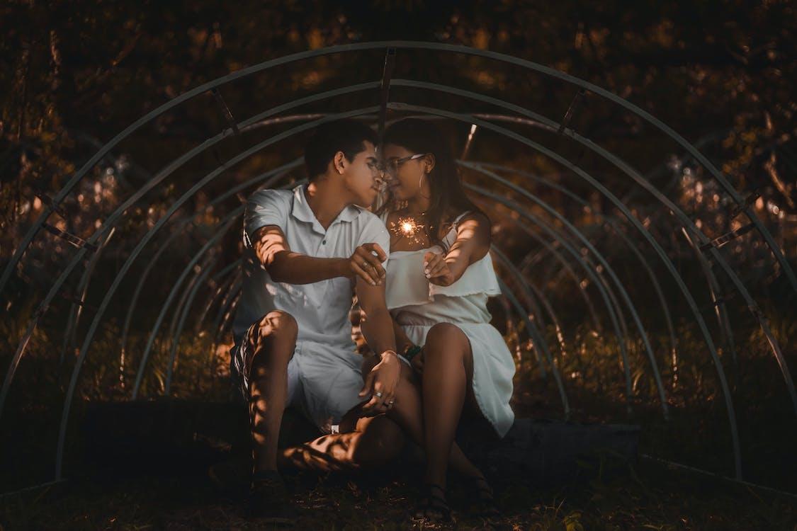 Фотография пары, держащей бенгальские огни