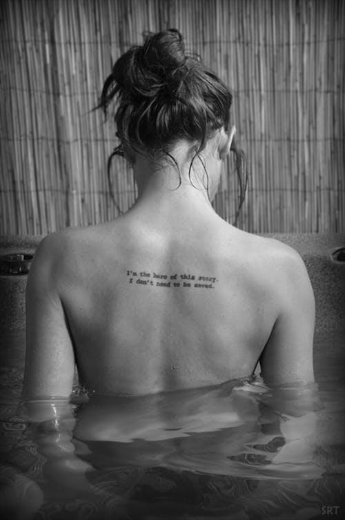 Δωρεάν στοκ φωτογραφιών με tattoo, απόσπασμα, δεξαμενή καπνού, όμορφο κορίτσι