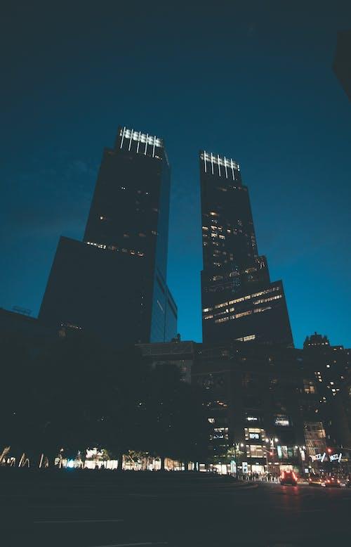 Immagine gratuita di angolo alto, auto, città, città di notte