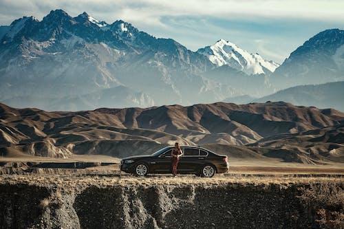 Darmowe zdjęcie z galerii z góry, jechać, kobieta, krajobraz