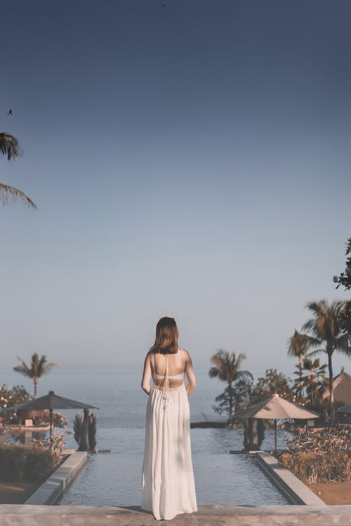 arkadan görünüm, ayakta, Beyaz elbise, dişi içeren Ücretsiz stok fotoğraf