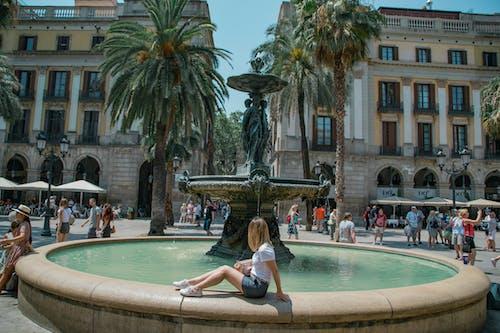 公共广场, 噴泉, 坐, 城市 的 免费素材照片