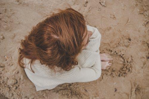 갈색 머리, 고독, 니트 스웨터, 땅의 무료 스톡 사진