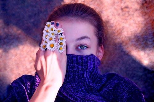 Foto profissional grátis de flores brancas, fotografia ao ar livre, fotografia de retrato, menina com flores