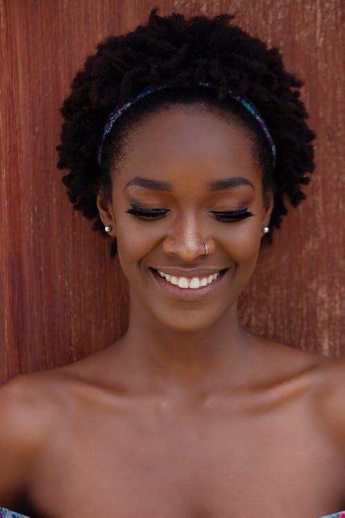 20-25-vuotias nainen, afrikkalainen nainen, afro hiukset