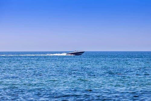 Foto profissional grátis de água do oceano, atividade marítima, lancha