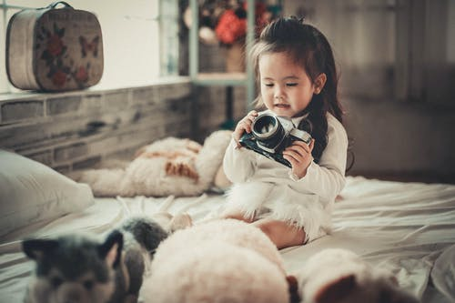 Foto stok gratis anak, cewek, dalam ruangan, kamar tidur