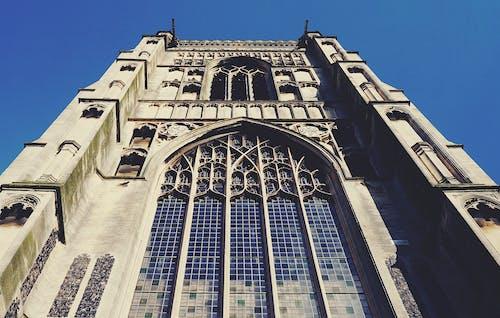 eski bina, ibadethane, kemerli pencereler, kilise içeren Ücretsiz stok fotoğraf