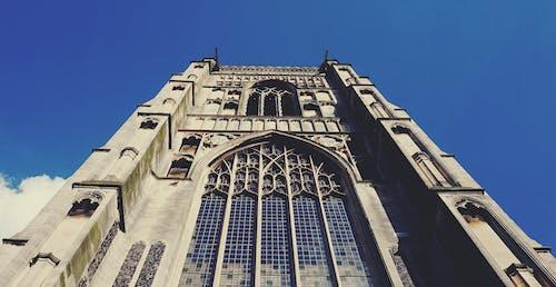 beyaz kilise, eski bina, ibadethane, kemerli pencereler içeren Ücretsiz stok fotoğraf