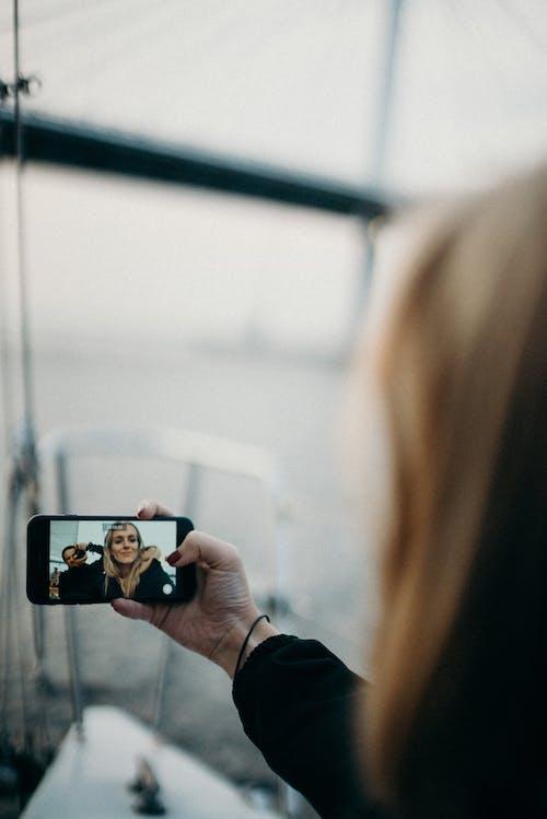 배경이 흐린, 셀카, 스마트폰, 액션의 무료 스톡 사진