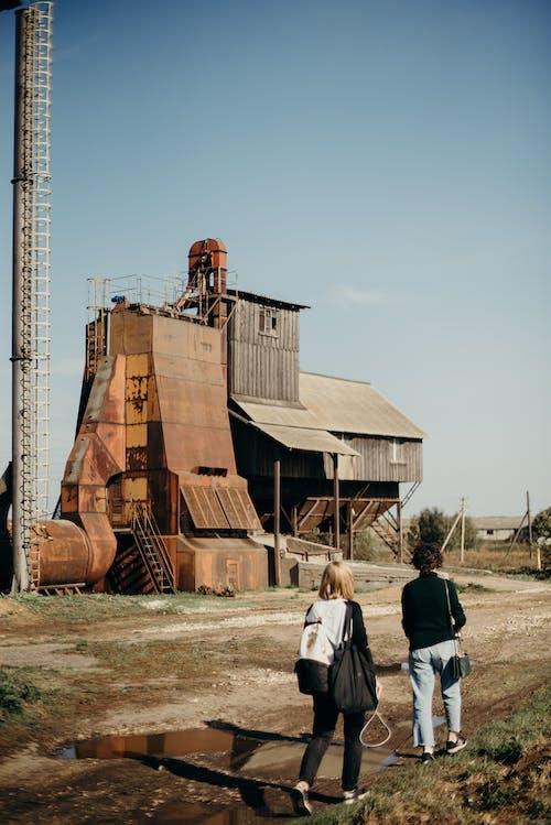 Безкоштовне стокове фото на тему «Будівля, іржавий, люди, метал»