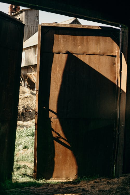 Darmowe zdjęcie z galerii z architektura, budynek, cień, drzwi