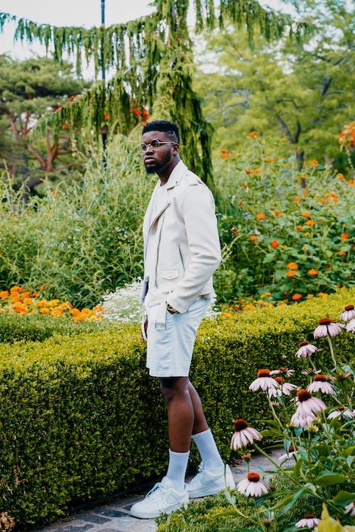 Foto stok gratis busana pria, di luar, kebun, kehidupan tenang