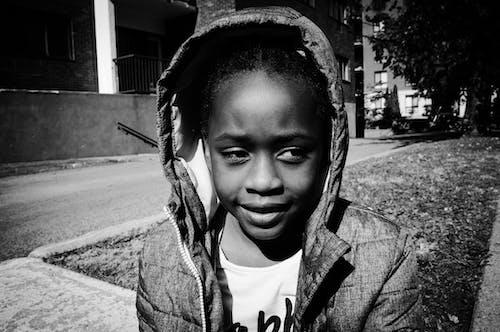 คลังภาพถ่ายฟรี ของ กลางแจ้ง, ขาวดำ, สาวผิวดำ, เด็ก