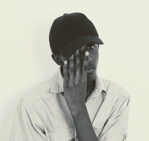 Foto profissional grátis de um-homem-cobrindo-um-olho